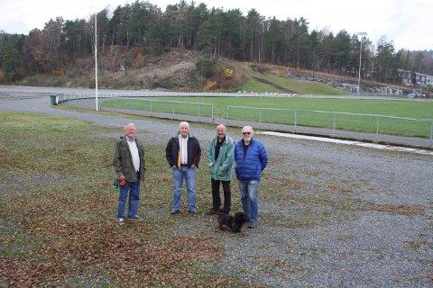 Her blir den nye skøytebanen i Brevik til vinteren. Tore Fosse, Geir Jensen, Tom Gundersrud og Willy Sjøstrøm går igang med sprøytinga så snart Vår Herre melder fra om kuldegrader.