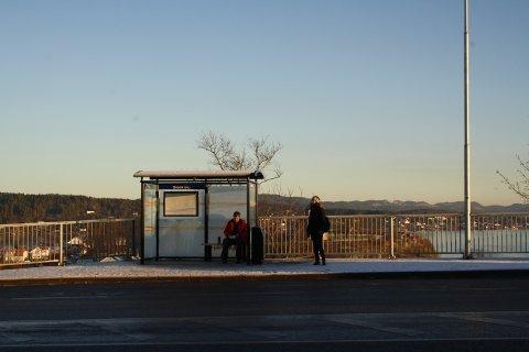Nå er endelig busskuret på plass ved Korvetten, på det mest værutsatte busstoppet i hele Grenland, ved Breviksbrua.