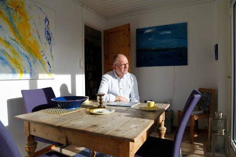 Øivind Aschjem hjemme på Nustad med utsikt til fuglebrett og horisonten.