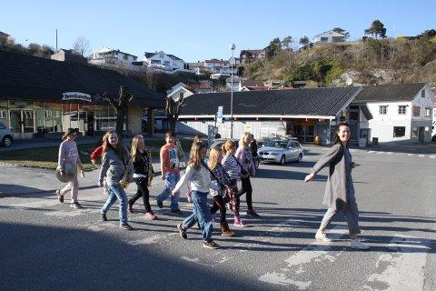 Aspirantene til Norcem Pike- og Guttekorps lærer seg å marsjere til 17. mai.  Dirigent Silje Kleiv viser de unge musikerne hvordan de skal  marsjere i takt. Og når de skal spille samtidig som de marsjerer, så gjelder det å ha øvd så godt på forhånd at marsjeringen går av seg selv.
