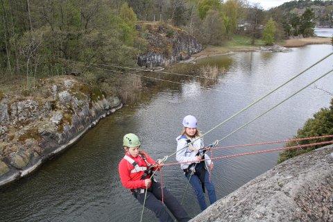 Mathilde Rønnhaug og Malin Jensen utfordrer sitt eget mot når de rapellerer ned fjellvegen.