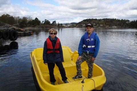 Pelle Hermansen og Tobben Bleken har vært ute på sjøen med tråbåten.