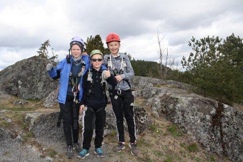Kasper G. Norby, Agon Imeraj og Simen Karlsen har det moro på leirskole på Klokkerholmen. De har akkurat rappellert i fjellsiden og skal ut med tråbåt. Om natta sov de i lavvo, men det var litt kaldt.