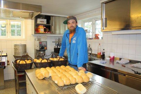 Tommy Tång er vikarierende kjøkkensjef denne uka og har bakt rundstykker som skal serveres til tomatsuppa.