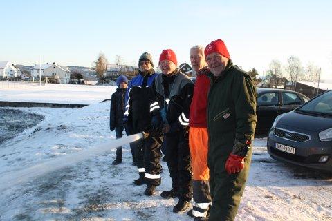 Willy Sjøstrøm, Tore Fosse, Einar Lunde og Tom Gundersrud jobber dugnad på turnus for å lage skøytebane for barna i Brevik. Lørdag skal skøytebanen være klar til bruk på Furulund.