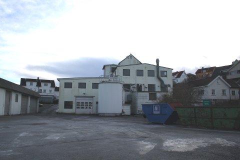 Dette er den tidligere Isola-eiendommen i Brevik der det er drevet næringsvirksomhet. Brødrene Eiendom AS tegner på reguleringsplanforslag for Zoarbakken 4 her i sjøkanten på Setre.