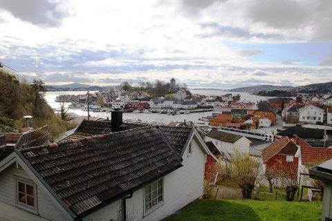 En porsgrunnsmann i 30-årene ble i morgentimene tirsdag funnet død i Brevik. Det er ingen grunn til å tro at det har skjedd noe kriminelt, ifølge politiet.