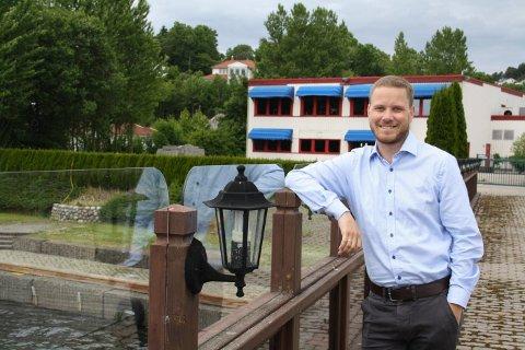 Fredrik Rønningen er vokst opp i Brevik og kjenner Heistad godt. Nå lanserer han utbygging av leiligheter på eiendommen Oasen på Heistad. Første byggetrinn er planlagt med 21 leiligheter på brygga bak han på bildet, foran treningssenteret som fortsetter driften inntil videre.