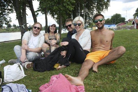 Lars Jørgensen, Caroline Sund Andersen, Øystein Sneltvedt, Kine Lilløy Buchanan Andersen og Truls Kvaran koste seg på Osebakkenstranda i går. Selv om alle kommer fra Porsgrunn, var det første gangen mange prøvde ut stranda.