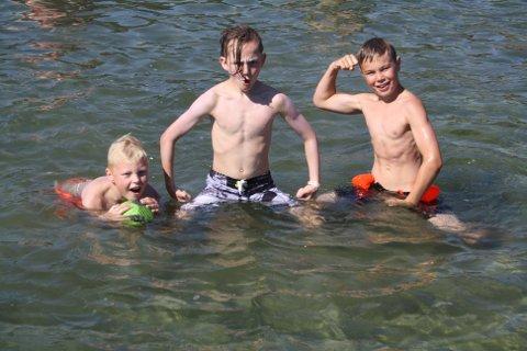 – Nå er det deilig badevann, sier de tre tøffingene Ramses Johnsen, Kornelius Haugen Fjærland  og Filip Lund Abrahamsen som bader i Krogshavn i Langesund. De har badet også når det har vært kaldere i vannet, men det er veldig gøy når guttene kan være lenge i vannet.