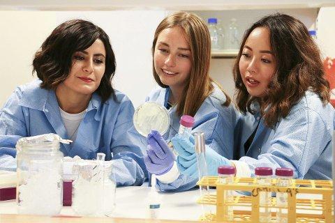 Roza Moustafa, Marthe Jørgensen og Camilla Nguyen er med på det norske laget som kjemper mot studentlag fra hele verden i iGEM 2016. Her i full jobb med konkurransearbeid i laboratoriet.