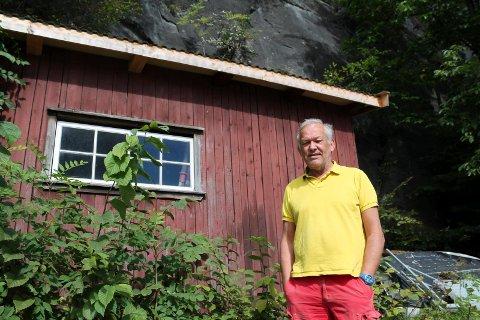Atle Tangen måtte i utgangspunktet betale 8000 kroner i egenandel for steinras fra fjellet ved Korvetten som ødela garasjetaket hans. Nå vil Korvetten dekke Tangens egenandel.