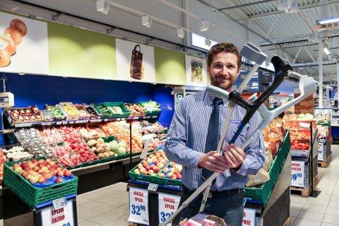 Ove Borgen er stolt av å kunne levere langt mer enn bare billige matvarer. – Folk kaster krykkene og blir friskere av å handle her, sier han med et stort glis.