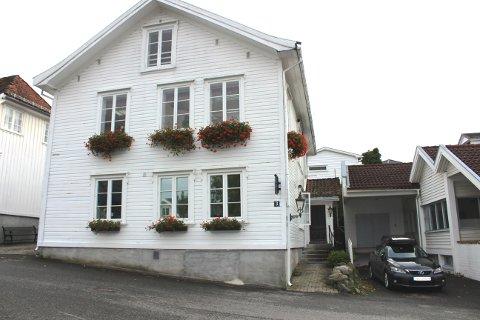 KIRKEVEGEN: Dagens fastlege i Brevik holder til her, i Kirkevegen.