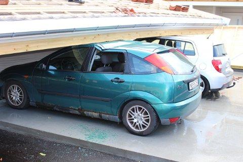 Fire biler som sto i de nye garasjeportene i natt, fikk store skader da taket ramla ned og bygningene ble revet.