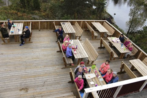 Klokkerholmen har fått pengegave av Sparebankstiftelsen DNB til å lage ny terrasse, og slik har Klokker'n fått et nytt oppholdsrom utendørs. 6. klasse ved Borge skole er på leirskole denne uka, og de spiser nesten alle måltider ute på den nye verandaen.