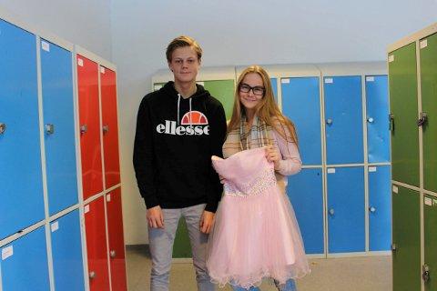 Henrik Nyhus og Victoria Gustavsen inviterer til bruktsalg av selskapsklær på Heistad ungdomsskole onsdag kveld. De ønsker at elevene kan skaffe seg pent og rimelig tøy til skoleballet i januar.
