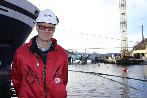Verftsdirektør Lars Ivar Bøe viser den nybygde LNG-riggen som nå ligger klar til overlevering ved kaia ved skipsverftet. Dette er den første i sitt slag i verden. Han innrømmer at verftet er inne i en krevende tid der det jobbes for å få nye oppdrag.
