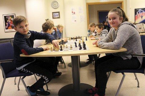 7. klassingene Markus Ruud Bergan og Martine Kåsa Korssjøen er blant de 80 Grønli-elevene som er med i den store sjakkturneringen på skolen. Så fort partiet er over, drar de tilbake til klasserommet for å fortsette ordinær undervisning. – Det er godt med et lite avbrekk, konstaterer de.
