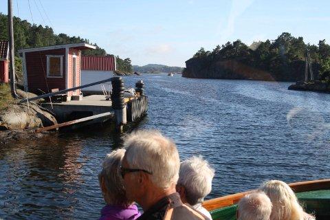 Fergeanløpene på øyene i Porsgrunn, Bamble og Larvik kommuner skal skiltes. Fergekaia på Siktesøya her skal offentlig skiltes med «Kreppa Siktesøya». Det er den smaleste delen av Risøysundet.