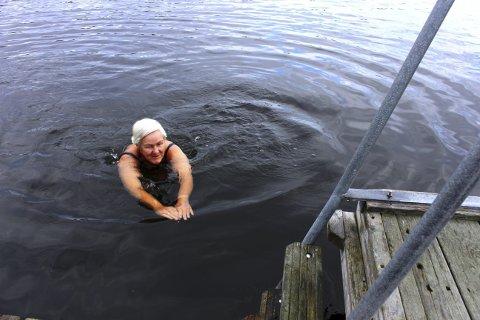 DEILIG: Turid Berg morgenbader hver dag. Mandag var det 9,5 grader i sjøen ved Setre i Brevik. Hun påstår det er deilig. Fredag 19. juni blir Turid Berg 70 år. Hun er en engasjert personlighet i lokalsamfunnet i Brevik og mener at det gjør livet godt å leve.