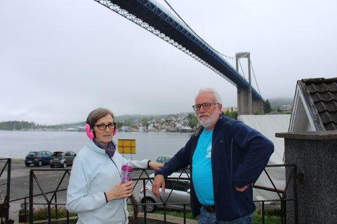 Grete og Hans Jørgen Rohde som bor under Breviksbrua i Brevik, er sterkt plaget av støy fra brua etter at den ble omkjøringsvei for stor biltrafikk. Nå skal kilden til tøyen bli fjernet, lover vegvesenet.