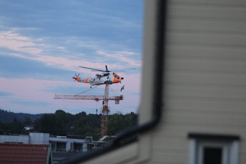 Luftforsvarets helikopter er satt inn i søket.