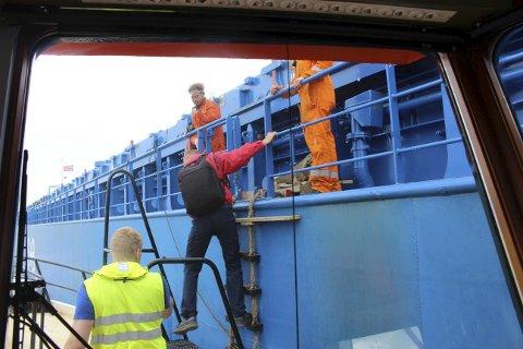Her hentes losen Per Vinge fra et bulkskip ute på Langesundsbukta. Skipet kommer fra Kragerø med en last med stein.