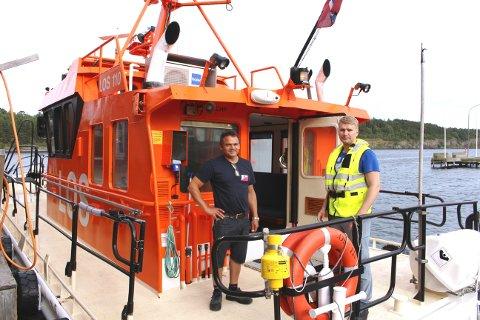 Terje Valmestadrød losbåtfører - matros Kenneth Valseth Molvær. Losbåten eies av Buksér og Berging AS.