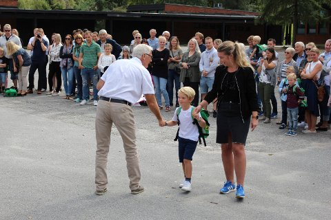 Syver Bergfald Westlie gledet seg til å begynne på skolen. Her hilser han på rektor Bjørn Kronstad sammen med mamma Merete Bergfald Lauritsen.