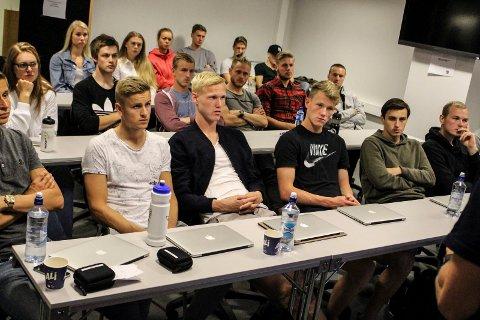 Vegard Bergan, Espen Ruud, Fredrik Nordkvelle og seks andre Odd-spillere blir studiekamerater med Vegard Kongsro, Anders Klemensson og Tobias Lauritsen fra Pors.