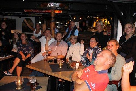 Medlemmer i Breviksrevyen og koret Sing With a Stranger var samlet foran storskjermen på Sjøloftet tirsdag kveld, for å heie på Lene Andersen Vinje da hun opptrådte og gikk videre i sangkonkurransen The Voice på TV2. – Lene har gode muligheter videre, var de enige om.