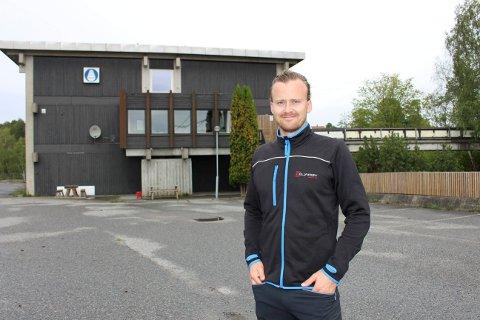 Andreas Bjarøy eier Bjarøy Bolig AS som åpner sitt nye hybelhotell i Korvetten mandag i neste uke. Det tidligere motorhotellet og asylmottaket har 40 utleierom med bad til næringsmarkedet for hybler.