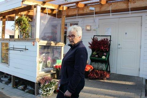 Vivi-Ann Eek i Sandøya Handelshus og bistro fikk mandag kontrabeskjed fra Porsgrunn kommune. Butikken får fortsette å selge øl, men bistroen ute og inne må holde stengt, og serverings- og skjenkebevillingen er suspendert inntil videre.