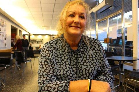 REVY: Siri Lundsholt ser ganske så blid og snill ut her hun sitter fredelig i foajeen i Brevik kulturhus. Men hun kan være litt av ei kjeftesmelle når hun stormer inn på scenen som kjærringa til Pilten i Breviksrevyen.