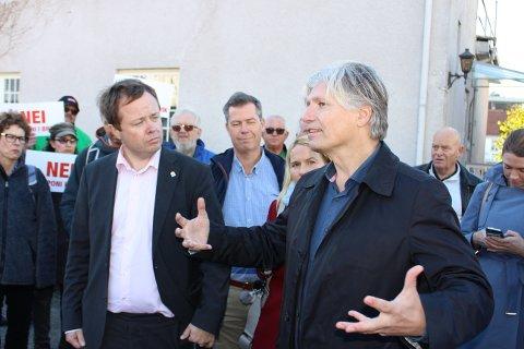 Klima- og miljøminister Ola Elvestuen skal tirsdag besøke Kronos Titan. Her sammen med ordfører Robin Kåss i Brevik tidligere i år.