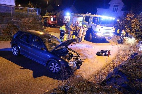 Bilen ble stående påtvers og sperre veien etter ulykken.