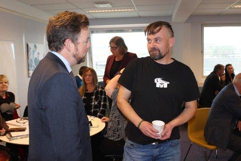 Kjetil Grotbæk Moen sier lediggang er roten til alt vondt. Hans historie om hvordan en idé nå har blitt til et selskap med fire faste og en drøss tilkallingsvakter, gjorde Torbjørn Røe Isaksen imponert.