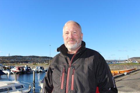 Erik Rosness flyttet fra Asker til Sandøya for fem år siden. Han forstår ikke hvorfor det foreslås å redusere fergetilbudet til øya.