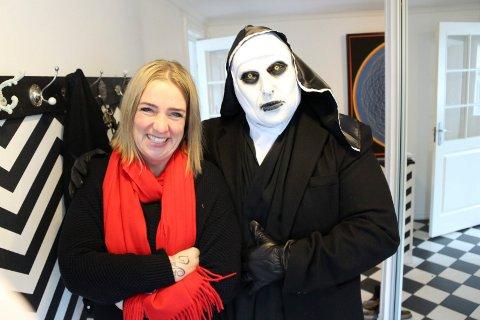 OND NONNE: Helge Tverdal har skaffet seg maske fra skrekkfilmen «The Nun». Kona Catrine forteller at hun selv har brukt den til å skremme ektemannen. – Han skvatt godt da, ler hun.