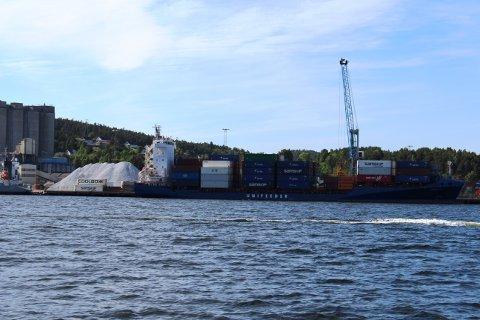 I dag er det 450 skipsanløp i året til Norcem Brevik. Det er skip som kommer med kalkstein fra Verdal, og skip som tranporterer sement fra fabrikken til kunder.