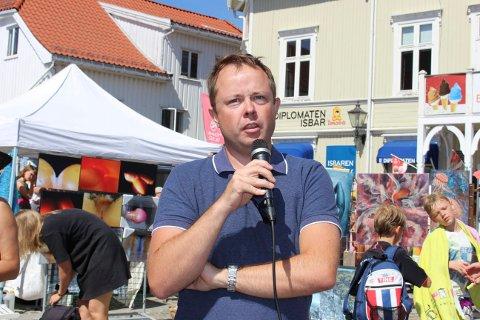 Robin Kåss avbildet da det var demonstrasjon mot deponi i Brevik, mens barna konkurrerte om flaskeslipp.