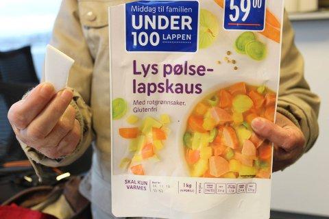 – FØLG NØYE MED: Maria Del Pilar Fosstvedt betalte 59 kroner for denne store og skarpe plastbiten i Rema 1000-lapskausen. Nå oppfordrer hun alle til å følge nøye med når man varmer opp posemat.