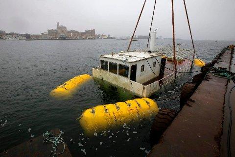 SYNKER: Denne ferga er i ferd med å synke i Kalmar i Sverige.