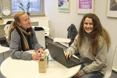 Nytt skrivesenter: Dina Sofie Vollen (t.h.) er en av sju skriveveiledere ved det nyoppstartede skrivesenteret ved Porsgrunn videregående skole. 17-åringen synes det er veldig gøy og skrive samtidig som hun får pedagogisk erfaring ved å hjelpe andre. Her med skrivelærer Tale Birkeland Engebretsen.