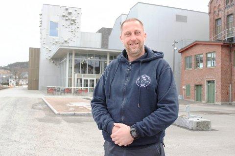 GAVE: Porsgrunn pike- og guttekorps ved Erik Halvorsen fikk 200.000 i gave av DNB.