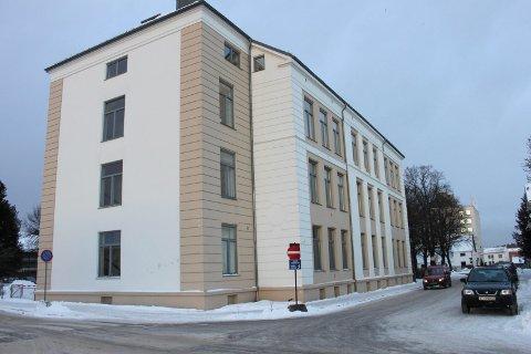 Voksenopplæringen holder til i gamle Østsiden skole og vil ikke flytte.