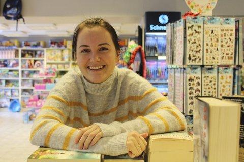 BOKHANDLER: Elina Berntsen er sannsynligvis fortsatt landets yngste bokhandler. I snart seks år har hun drevet Boksafari på torget i Langesund.  Her møter hun kundene med vennlighet og hjelpsomhet. Elina syns det er spennende med alle de nye leilighetene som etableres.