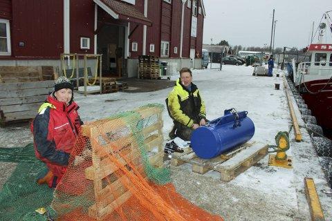 FISKERNES ARBEIDSDAG: Rekefiskerne Jostein Mastereid og Oddbjørn Hillersøy har nettopp levert fra seg dagens rekefangst til Langesundfisk. Men arbeidsdagen er ikke helt slutt. På kaia må de lappe garntralen og drive litt reparasjoner på maskineriet ombord.