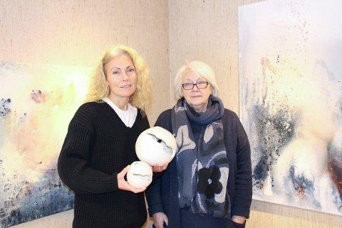 Siv Dionisi (t.v.) stiller ut sin keramikk, mens mamma Kirsten Pisani er billedkunstner og har fylt Gruppe 9 i Brevik med malerier. Utstillingen har fått navnet «Lys».
